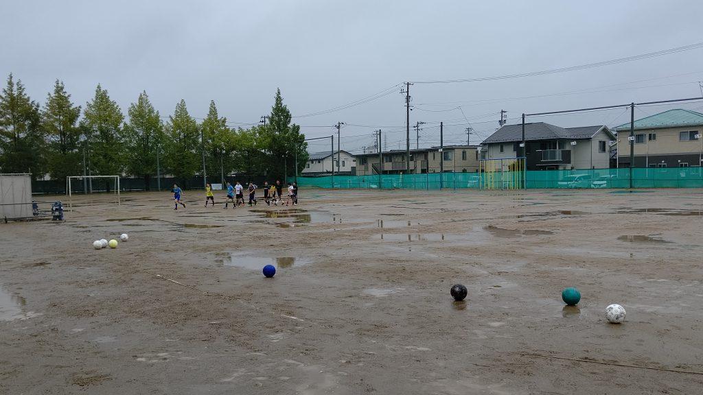 水溜りだらけの校庭で練習しました(2020.10.11)